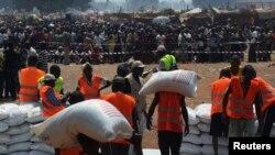 حمل کیسه های برنج برای توزیع در اردوگاه آوارگان خارجی در نزدیکی فرودگاه بنگویی، جمهوری آفریقای مرکزی - هشتم ژانویه