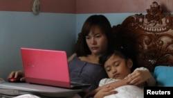 Perempuan bekerja mengalami tekanan emosional akibat mitos pengasuhan yang menyebutkan anak-anak dari ibu bekerja tidak berprestasi baik.