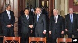 Kineski predsjednik Hu Jintao pozdravlja čelnika demokratske većine u Senatu Harryja Reida koji se prethodnu večer nije odazvao pozivu na svečanu večeru u čast kineskog čelnika u Bijeloj kući