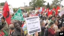 支持寻求庇护难民的活动人士在悉尼的难民拘押中心外举行抗议