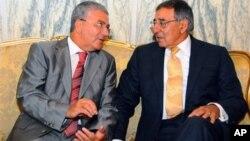 لئون پانه تا، وزیر دفاع آمریکا (راست) روز دوشنبه با عبدالکریم زبیدی، وزیر دفاع تونس (چپ) ملاقات کرد.