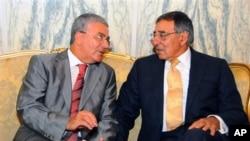 Menteri Pertahanan Tunisia, Abdelkrim Zbidi (kiri) dan Menteri Pertahanan AS, Leon Panetta di kantor Kementrian Pertahanan Tunisia (30/7).