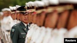 日本自衛隊儀仗隊在東京防衛省准備接受美國印太司令部司令菲利普•戴維森海軍上將的檢閱(2018年6月21日)