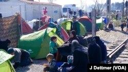 Một gia đình người Syria chờ đợi ở biên giới Thổ Nhĩ Kỳ.