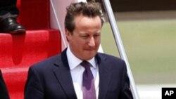 Primeiro-ministro britânico, David Cameron, desce do avião angolano à sua chegada a Jakarta, quarta-feira