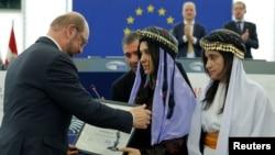 """两名2014年被""""伊斯兰国""""激进分子绑架并用作性奴的雅兹迪女性接受了欧洲议会颁发的萨哈罗夫人权奖"""