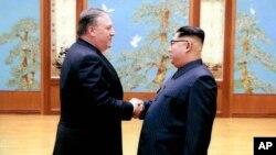 Trong bức ảnh này của Tòa Bạch Ốc, ông Mike Pompeo, lúc đó là Giám đốc CIA, bắt tay với lãnh tụ Triều Tiên Kim Jong Un ở Bình Nhưỡng. (White House via AP)