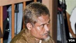 Pengadilan Negeri Jakarta Selatan menjatuhkan hukuman delapan tahun penjara untuk Abu Tholut atas perannya dalam rencana penyerangan hotel-hotel Barat dan kedutaan besar di Jakarta (13/10).