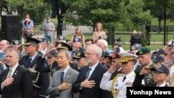 25일 미국 워싱턴DC 한국전 참전 기념공원에서 21개 참전·지원국 대사와 역대 미한연합사령관, 국방부·합참·각군 대표, 한국전쟁 참전용사 등 200여 명이 참석한 가운데 6·25전쟁 65주년 기념 행사가 열리고 있다.