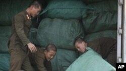 신의주시에서 교역 물품을 싣고 있는 북한 군인들