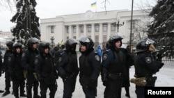 Policías antimotines custodian el Parlamento en Kiev, luego de la renuncia del primer ministro Mykola Azarov.
