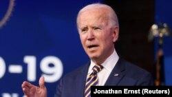 Presiden AS terpilih Joe Biden memberi komentar mengenai respons pemerintah terhadap pandemi virus corona di Wilmington, Delaware, AS, 29 Desember 2020.