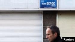 8일 한 남성이 벨기에 브뤼셀의 스카르베이크 구역을 지나고 있다. 인근 아파트에서 파리 연쇄테러 주요 용의자의 지문이 발견됐다.