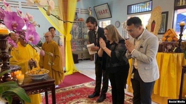 Tổng Lãnh sự Hoa Kỳ Marie Damour dẩn đầu phái đoàn đến viếng lễ tang Tăng thống Thích Quảng Độ, 25/02/2020 Photo Facebook US Embassy Hanoi.