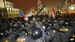 Riot police clash with demonstrators trying to storm the government building in the Belarusian capital, Minsk, 19 Dec 2010
