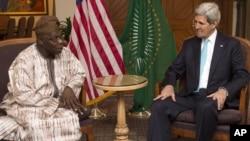 2일 존 케리 미 국무장관이 에디오피아 수도 아디스아바바에 아프리카연합 남수단위원회 대표와 만나 대화를 나누고 있다.