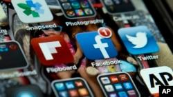 ໂທລະສັບ ມືຖື iPhone ໂດຍມີແອັບ ທວີດເຕີ ເຟສບຸກ ແລະແອັບອື່ນໆ, ວັນທີ 21 ພຶດສະພາ 2013.