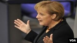 Angela Merkel memperingatkan negara-negara Eurozone: krisis finansial Yunani merupakan ancaman signifikan.