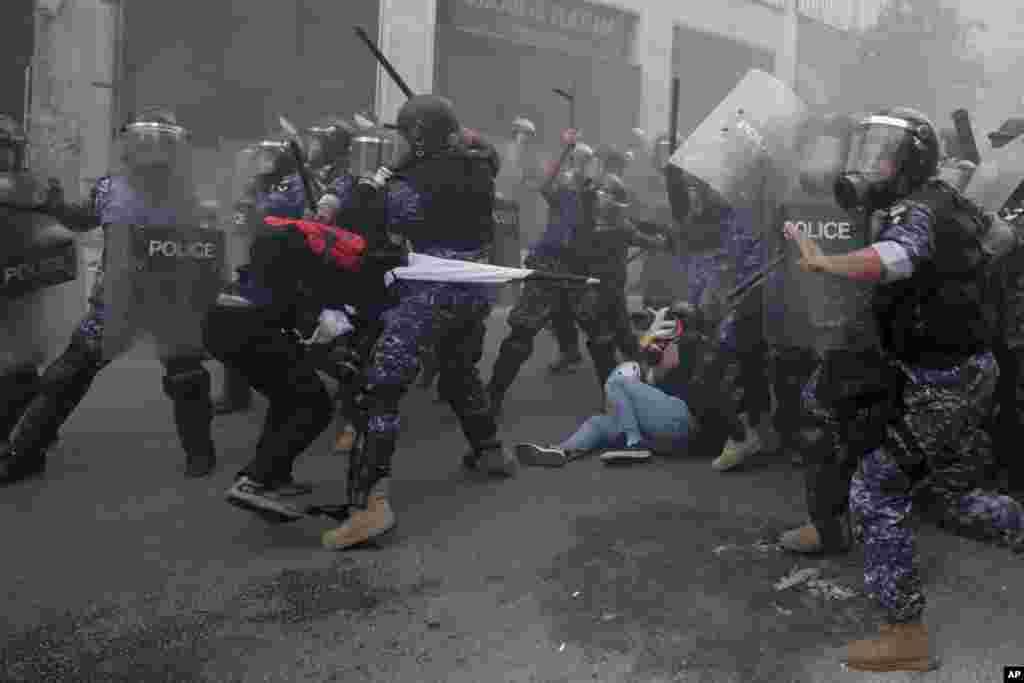 Hukumatga qarshi namoyishchilar va politsiya. Bayrut, Livan.