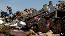 미국 오클라호마주의 토네이도 피해 지역인 무어시에서 22일 보험 관계자가 피해 상황을 살피고 있다.