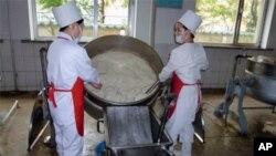 북한 내 분유 가공 공장에서, SDC가 제공한 분유를 가공하고 있다.