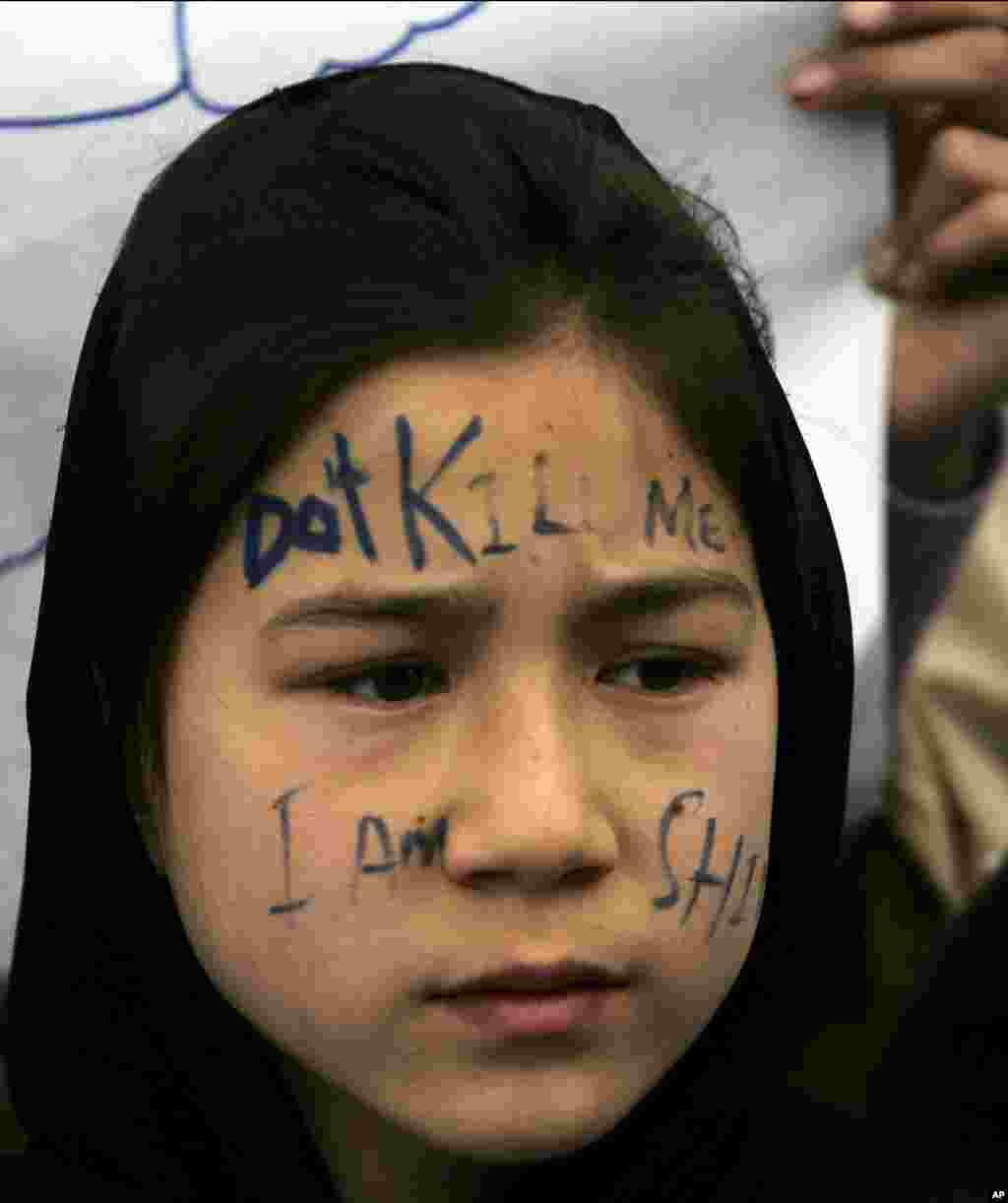 Seorang gadis Pakistan dari kaum muslim Syiah berpartisipasi dalam aksi duduk untuk memprotes serangan bom atas komunitas Syiah di kota Quetta, Pakistan barat daya.