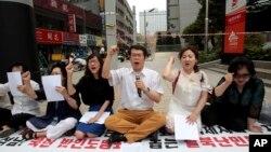 시진핑 중국 국가주석의 한국 방문을 하루 앞둔 2일, 서울 주재 중국대사관 앞에서 탈북자와 인권단체 관계자들이 중국의 탈북자 강제 북송 중단을 요구하는 시위를 벌였다. (자료사진)