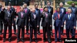 15일 베이징 인근 휴양지 옌치후에서 진행된 '일대일로' 포럼 원탁회의 직후 참가 정상들이 기념사진을 찍고 있다. 앞줄 왼쪽이 레제프 타이이프 에르도안 터키 대통령, 세번째는 블라디미르 푸틴 러시아 대통령, 네번째가 시진핑 중국 국가 주석.