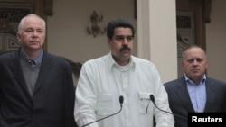 12일 기자회견장에서 차베스 대통령의 회복 과정이 복잡하고 어려울 것이라고 발효한 니콜라스 마두로 부통령(가운데).