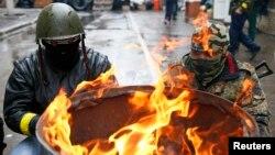 우크라이나 동부 도시 슬라비안스크에서 13일 친 러시아 무장세력이 경찰 본부를 점거했다.