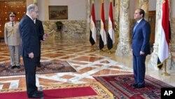 Mısır Devlet Başkanı Abdülfettah el Sissi (sağda)