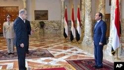 Tổng thống Ai Cập Abdel Fattah el-Sissi (phải) làm lễ tuyên thệ nhậm chức cho Thủ tướng Ismail Sheriff, ở Cairo, ngày 12/9/2015.