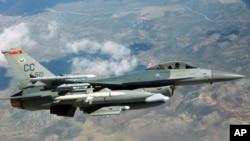 一架F-16C戰機在美國內華達空軍基地上空參加訓練 (資料圖片)