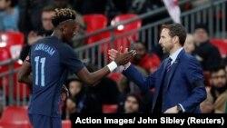 Tammy Abraham salue son coach Gareth Southgate à sa sortie du terrain lors du match amical Angleterre / Allemagne au Stade de Wembley à Londres, Grande-Bretagne le 10 novembre 2017.