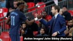 Le sélectionneur de l'Angleterre Gareth Southgate (D) et le joueur Tammy Abraham lors d'un match amical contre l'Allemagne à Wembley, Londres, 10 novembre 2017.