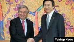윤병세 한국 외교부장관(오른쪽)이 15일 한국 외교부를 방문한 안토니오 구테레스 유엔 난민최고대표와 악수하고 있다.