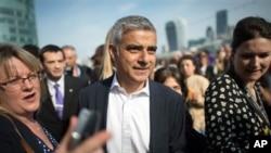 Le maire de Londres Sadiq Khan, au centre, à Londres, le 9 mai 2016.