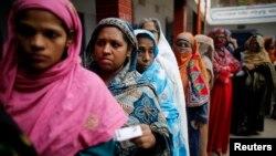 방글라데시 여성 유권자들이 5일 총선거일을 맞아 한 투표소에서 투표를 하기 위해 줄을 서고 있다.