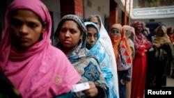 投票站外一些孟加拉選民在排隊等候投票