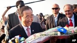 ເລຂາທິການໃຫຍ່ອົງການສະຫະປະຊາຊາດ ທ່ານ Ban Ki-moon ຖືກຕ້ອນຮັບເວລາທ່ານເດີນທາງໄປຮອດ ນະຄອນ Juba ເພື່ອຮ່ວມສະເຫຼີມສະຫຼອງ ການປະກາດເອກກະລາດ ຂອງຊູດານໃຕ້ (8 ກໍລະກົດ 2010)