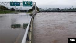 Veliki autoput 29 je poplavljen kod Trentona u Nju Džersiju, dok nivo reke Delaver raste.