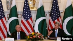 Ngoại trưởng Hoa Kỳ John Kerry (phải) và Cố vấn về Đối ngoại và An ninh Quốc gia của Pakistan Sartaj Aziz họp tại Bộ Ngoại giao Hoa Kỳ, 27/1/14