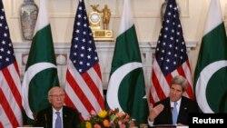 Menlu AS John Kerry (kanan) dan Penasihat Keamanan Nasional dan Urusan Luar Negeri Pakistan, Sartaj Aziz dalam pembukaan pembicaraan bilateral di Washington (27/1).