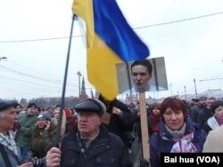 伊莲娜在3月1日莫斯科悼念涅姆佐夫的游行中手举萨夫琴科像。(美国之音白桦拍摄)