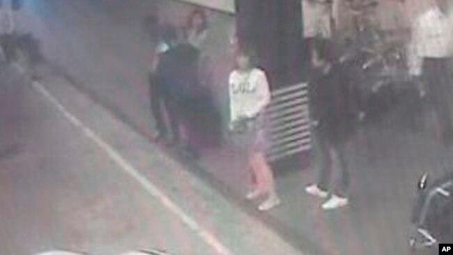 """Trong một tuyên bố, Khalid cho biết nghi phạm đã """"được nhận dạng chắc chắn từ hình ảnh camera an ninh tại sân bay và chỉ có một mình vào thời điểm bị bắt""""."""