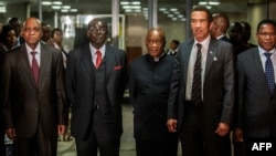 South African President Jacob Zuma (L), Zimbabwean President Robert Mugabe (2nd L), Lesotho Prime Minister Tom Thabane (C) and Botswana President Ian Khama (2nd R) stand for a group photo following an emergency meeting on the current situation in Lesotho, Sept. 15, 2014.