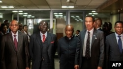 South African President Jacob Zuma (L), Zimbabwean President Robert Mugabe (2nd L), Lesotho Prime Minister Tom Thabane (C) and Botswana President Ian Khama (2nd R) stand for a group photo following an emergency meeting Lesotho in Pretoria Sept. 15, 2014.