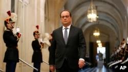法国总统奥朗德11月16日进入巴黎西郊的凡尔赛宫。
