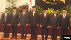 Presiden SBY didampingi Wakil Presiden Boediono saat melantik para pimpinan KPK di Istana Negara (16 Desember 2011). DPR menginginkan kewenangan KPK yang sangat luas dapat diawasi.
