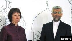 Catherine Ashton (kiri) dan ketua perunding Iran, Saeed Jalili berpose untuk media sebelum pembicaraan di Baghdad (23/5). Kedua pihak sepakat untuk melanjutkan pembicaraan di Moskow.